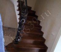 Бетонная лестница с отделкой под дерево