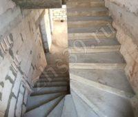 Маршевая и поворотная бетонная лестница с площадкой