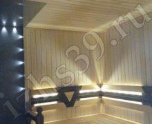 Баня с липовыми полками и отделкой стен и потолка, освещение - led-лента, плитка - фото