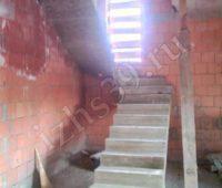 Изготовленная бетонная лестница с площадкой