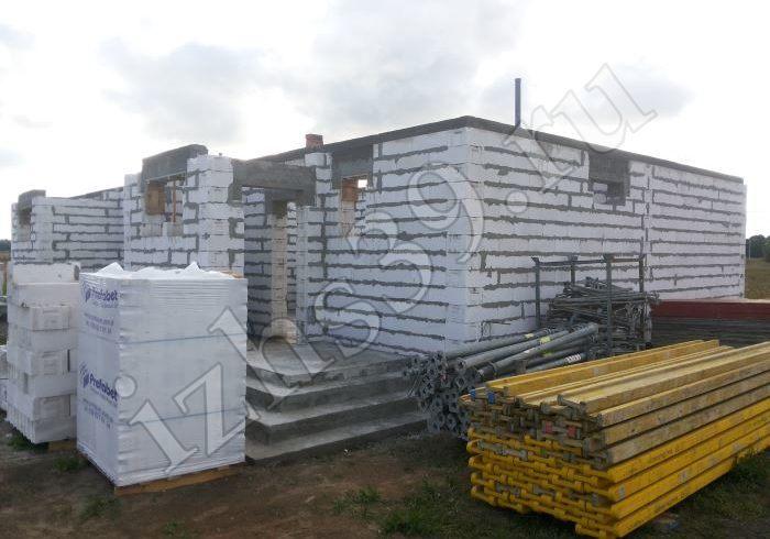 Окончание работ по возведению первого этажа строения