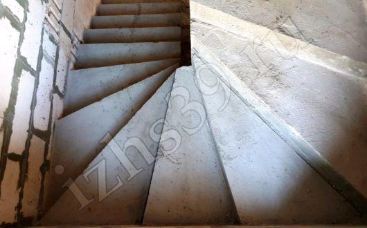 Лестница на второй этаж дома. Изготовление бетонных лестниц в Калининграде. Строительные работы. Строительство домов. Строительная компания.