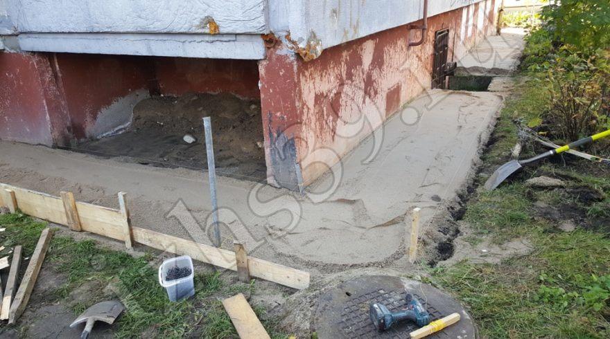 Ремонт отмостки вокруг домов. Строительные работы. Строительство домов в Калининграде. Строительная компания.