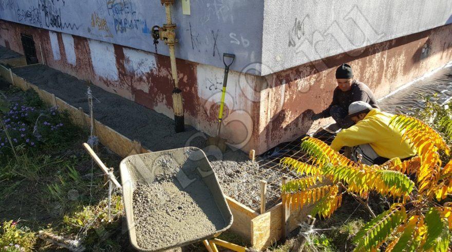 Ремонт отмостки вокруг дома. Строительные работы. Строительство домов в Калининграде. Строительная компания.