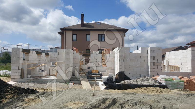 Возведение стен первого этажа из блоков - фото